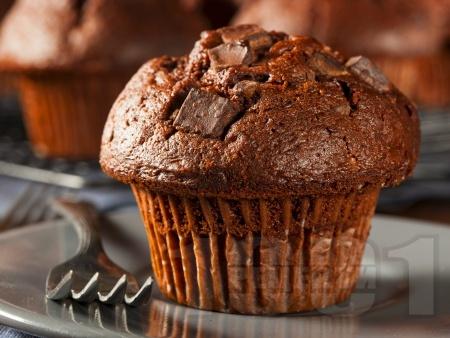 Двойно шоколадови домашни мъфини с какао и цели парченца шоколад - снимка на рецептата